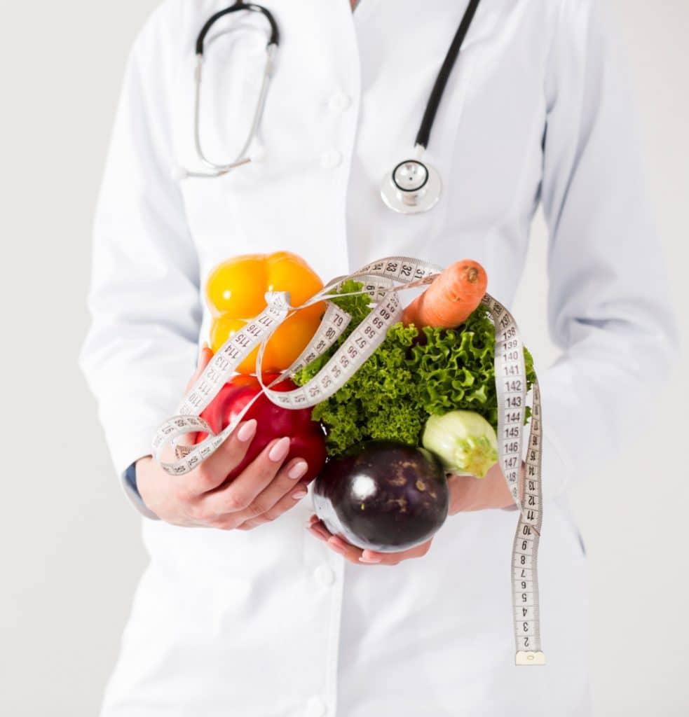 medico con frutas nutricion